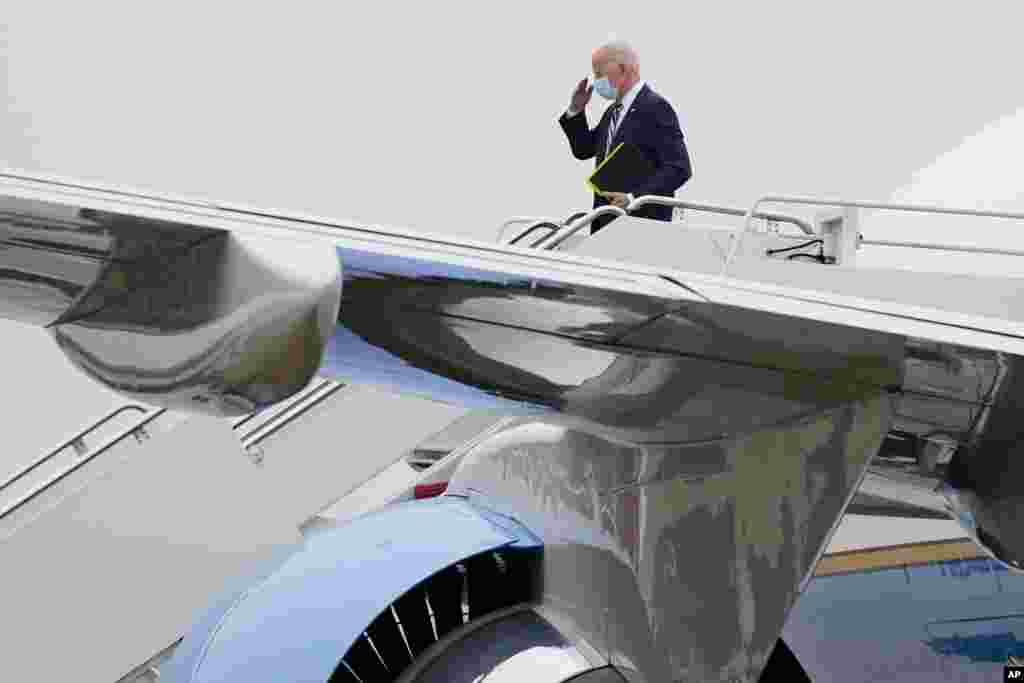 조 바이든 미국 대통령이 델라웨어주 윌밍턴에서 주말을 보내고 백악관으로 복귀하기 위해 뉴캐슬 공항에서 전용기 에어포스원에 탑승하고 있다.