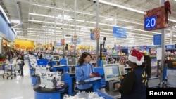 ລູກຄ້າຂອງຮ້ານຊັບພະສິນຄ້າ Walmart,ແລະບັນດາທຸລະກິດທີ່ສຳຄັນ ຂອງສະຫະລັດ ຊຶ່ງໄດ້ເຕືອນ ວ່າ ລາຄາສຳລັບພວກລູກຄ້າ ຈະສູງຂຶ້ນຍ້ອນການຂຶ້ນພາສີ ຕໍ່ສິນຄ້ານຳເຂົ້າຂອງຈີນ.