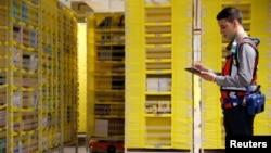 Seorang pekerja bekerja di sebuah gudang Amazon di Bretigny-sur-Orge dekat Paris, Perancis (foto: dok).