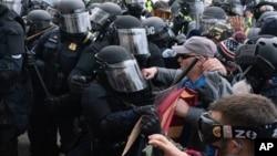 د ۲۰۲۱ د جنورۍ په شپږمه مظاهره کوونکو د کانګرس پر ودانۍ برید وکړ