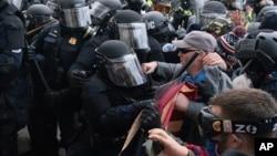 美國國會警察試圖阻止抗議人士衝進國會(2021年1月6日)
