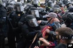 Một đám đông gây ra bạo loạn tại tòa nhà Quốc hội Mỹ hôm 6/1/2021.