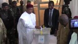 Le président Mahamadou Issoufou vote au second tour des présidentielles au Niger