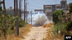 Pasukan Libya dukungan Turki melakukan pembersihan dengan meledakkan ranjau-ranjau darat di Tripoli, Libya (foto: dok).