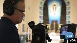 플로리다주 포트로더데일에서 영상 제작업체를 운영하는 존 올리바 씨가 지역 성당의 미사를 온라인으로 중계하고 있다.