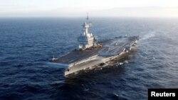"""行駛在地中海的法國""""查爾斯·戴高樂""""號航空母艦。(2019年3月7日)"""