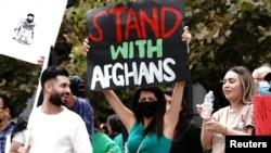 """Paris Sharifie, une immigrante afghano-américaine manifeste son soutien aux Afghans"""" lors d'un rassemblement contre les talibans à Los Angeles, Californie, États-Unis le 21 août 2021."""