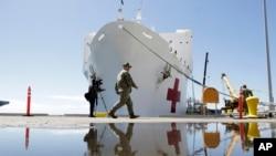 Kapal rumah sakit AL Amerika Serikat USNS Mercy di San Diego, bersiap berlayar, 23 Maret 2020.