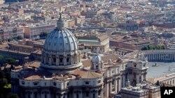 រូបឯកសារ៖ រូបភាពពីអាកាសបង្ហាញពីវិហារ St. Peter's Basilica កាលពីថ្ងៃទី១៤ ខែសីហា ឆ្នាំ២០០៤។