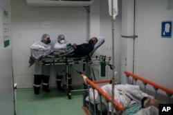 6일 브라질 리우데자네이루의 한 병원 응급실에서 신종 코로나바이러스 감염 환자의 이송 준비를 하고 있다.