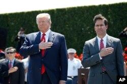 도널드 트럼프 미국 대통령와 마크 에스퍼 국방장관이 지난해 7월 열린 에스퍼 장관을 위한 명예환영식에서 가슴에 손을 얹고 국기에 대한 경례를 하고 있다.