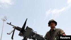 Фото: афганський військовослужбовець охороняє летовище Баграм, після того, як звідти вивели війська США, 5 липня 2021 року