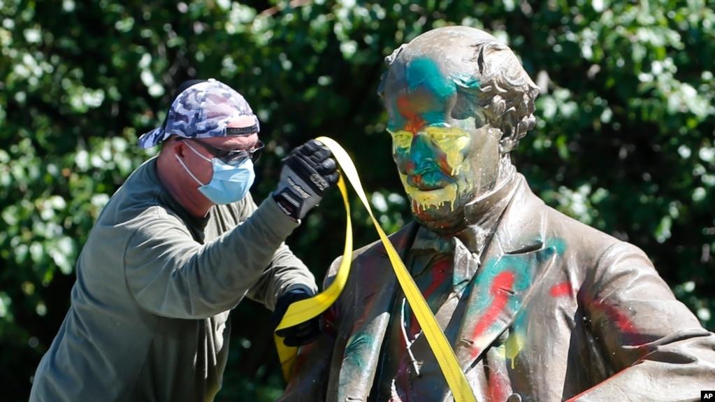 SHBA feston pavarësinë mes vrullit për të hequr simbolet e trashëgimisë pro-skllavërisë