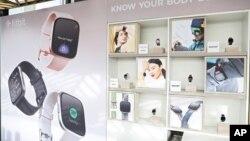 Beberapa produk yang diproduksi oleh Fitbit (foto: ilustrasi).
