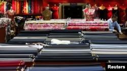 Seorang karyawan di toko kain di Beijing, China.