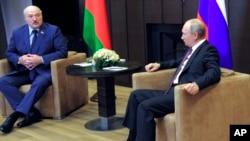 Ruski predsednik Vladimir Putin i predsednik Belorusije Aleksandar Lukašenko razgovaraju u crnomorskom odmaralištu Sočiju, Rusija, 28. maja 2021.