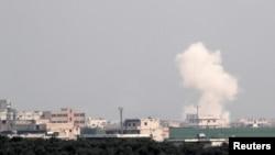 La fumée monte après une frappe aérienne à Saraqeb dans la province d'Idlib, en Syrie, le 28 février 2020. REUTERS/Umit Bektas