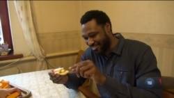 Американець призвичаюється до життя в Україні: вчить українську та їсть сало з часником. Відео