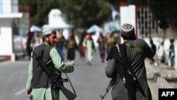 Membros do Talibã à entrada do Aeroporto Internacional de Cabul, 28 de Agosto de 2021