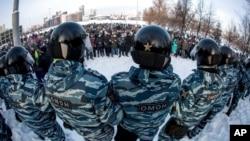 Xavfsizlik kuchlari Aleksey Navalniyning hibsga olinishiga qarshi chiqqan namoyishni nazorat qilmoqda. Yekaterinburg, 23-yanvar, 2021.