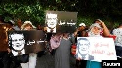 Des partisans du candidat à la présidentielle Nabil Karoui demandent sa libération, devant le tribunal de Tunis, en Tunisie, le 3 septembre 2019.