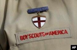 Sebuah foto memperlihatkan detail seragam Pramuka di markas Boy Scouts of America di Irving, Texas, 4 Februari 2013. (Foto: AP)