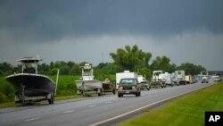Người dân Louisiana đi tránh bão hôm 28/8.
