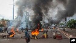 Abakora imyiyerekano baturira amapine kandi bazibira amabarabara ku murwa mukuru Bamako, muri Mali, kw'itariki 10/07/2020.