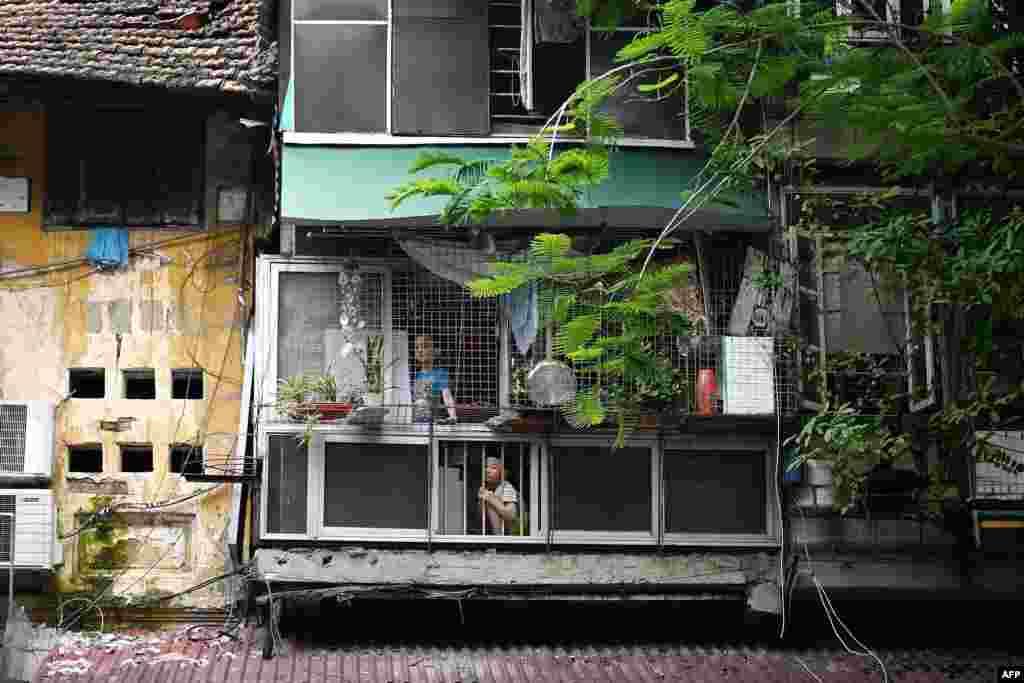 신종 코로나바이러스 확산으로 베트남 정부의 봉쇄 조치가 내려진 하노이의 아파트 안에서 아이들이 밖을 내다 보고 있다.