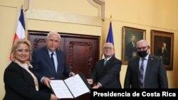 El Ministro de Obras Públicas y Transportes de Costa Rica, don Rodolfo Méndez Mata, a la izquierda, y el canciller Rodolfo Solano Quirós, muestran el Memorándum de Entendimiento para la Implementación del Transporte Marítimo de Corta Distancia.