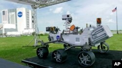 Replika penjelajah planet Mars, Perseverance, dipamerkan untuk para media di luar Kennedy Space Center, Cape Canaveral, Florida, 29 Juli 2020.