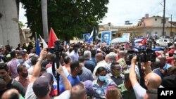 Presidente cubano Miguel Diaz-Canel (centro) no meio de protestos pro melhores económicas, San Antonio de los Banos, Cuba, 11 de Julho de 2021