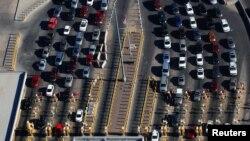 Las filas de automóviles esperan en la frontera entre EE. UU. y México en Ciudad Juárez. [Foto de archivo]