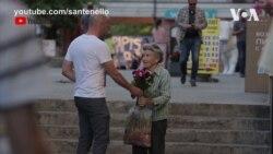 Американець дарував квіти бабусям у Києві і пропонує заснувати День бабусь. Відео