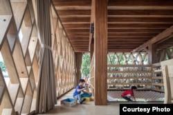 Microlibrary Warak Kayu berupaya menarik minat warga, khususnya anak-anak, untuk datang ke perpustakaan, tidak saja untuk membaca, tetapi juga melakukan aktivitas lain seperti diskusi, nonton film, bengkel prakarya dll. (Courtesy photo: Kei / SHAU Indonesia photographer)