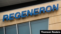 Logo perusahaan Regeneron Pharmaceuticals terlihat pada sebuah gedung di kampus perusahaan Westchester di Tarrytown, New York. (Foto: Reuters)