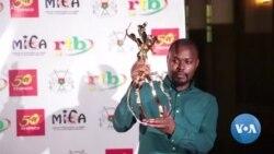 Le réalisateur rwandais Joël Karekezi reçoit le prix du meilleur film au Fespaco
