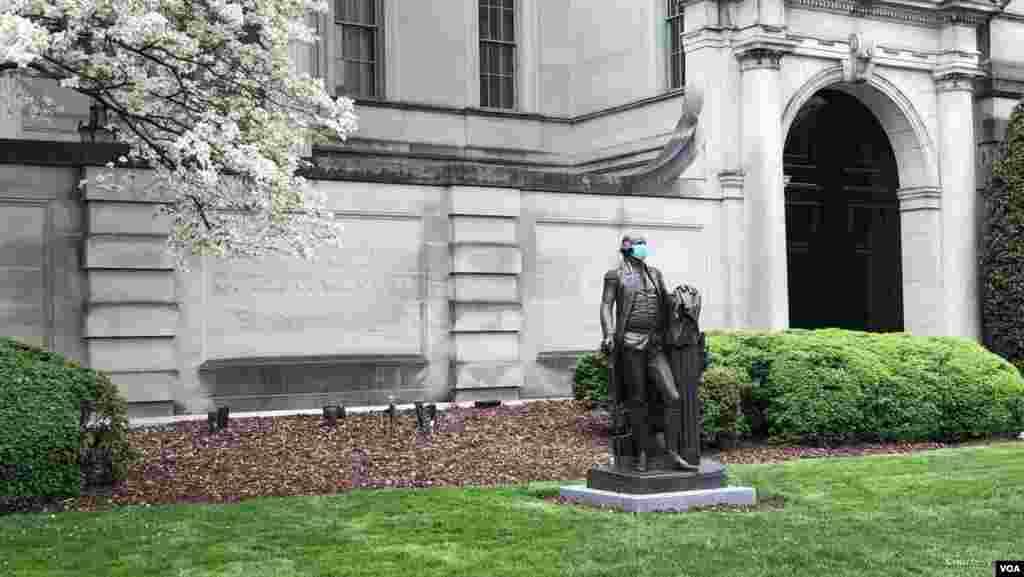 미국 워싱턴 DC의 박물관 앞에 설치된 조지 워싱턴 미 초대 대통령의 동상에 마스크가 씌워져 있다. 미국 정부가 코로나바이러스 확산이 정점을 지났다는 판단 아래 봉쇄 완화를 단계적으로 추진하고 있는 가운데 추가 확산에 우려가 계속