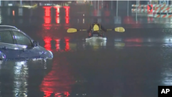 Las inundaciones en Houston provocadas por las fuertes lluvias provocaron alrededor de 100 rescates acuáticos en las carreteras de la ciudad.