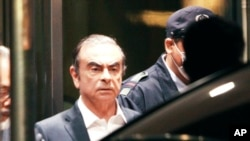 Mantan kepala Nissan Carlos Ghosn tiba di Pusat Penahanan Tokyo, 25 April 2019.