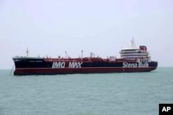 호르무즈 해협에서 이란 해군이 나포한 영국 유조선 '스테나임페로'이 20일 이란 반다르아바스 항에 정박해 있다.