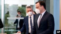 Menteri Kesehatan Jerman Jens Spahn (kanan) dan Presiden Robert Koch Institute for Infectious Diseases (RKI) memberikan keterangan pers di Berlin (foto: dok).