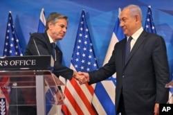 El primer ministro israelí, Benjamin Netanyahu, a la derecha, y el secretario de Estado de Estados Unidos, Anthony Blinken, se dan la mano durante una conferencia de prensa en Jerusalén, el 25 de mayo de 2021.