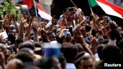 Des manifestants soudanais assistent à une manifestation demandant la nomination de hauts responsables judiciaires et la justice pour les manifestants tués, à l'extérieur du palais présidentiel de Khartoum à Khartoum, Soudan, le 12 septembre 2019.