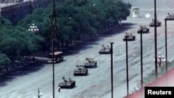 Una foto icónica de un estudiante parado frente a los tanques chinos en la plaza de Tiananmen el 5 de junio de 1989. Los tanques no pasaron sobre él, sino que lo rodearon. Nunca se ha conocido el nombre de ese estudiante.