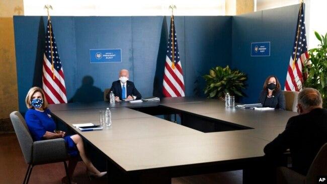Presidenti i zgjedhur Joe Biden flet gjatë një takimi me Nënpresidenten e zgjedhur Kamala Harris, udhëheqësin demokrat në Senat, Chuck Schumer, dhe Kryetaren e Dhomës së Përfaqësuesve, Nancy Pelosi, (20 nëntor 2020, Uillmington, Dellauer)