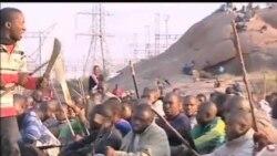 民众在南非铂矿枪击现场附近集会