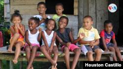 Los niños, con la inocencia propia de su edad, sonríen a la cámara en la comunidad indígena de Awa. Foto Houston Castillo, VOA.