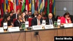 Замглавы грузинского внешнеполитического ведомства Лаша Дарсалия, третий справа в первом ряду (архивное фото)