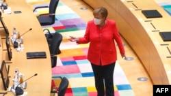 Kancelarja Merkel duke mbërritur në një takim të Këshillit Evropian